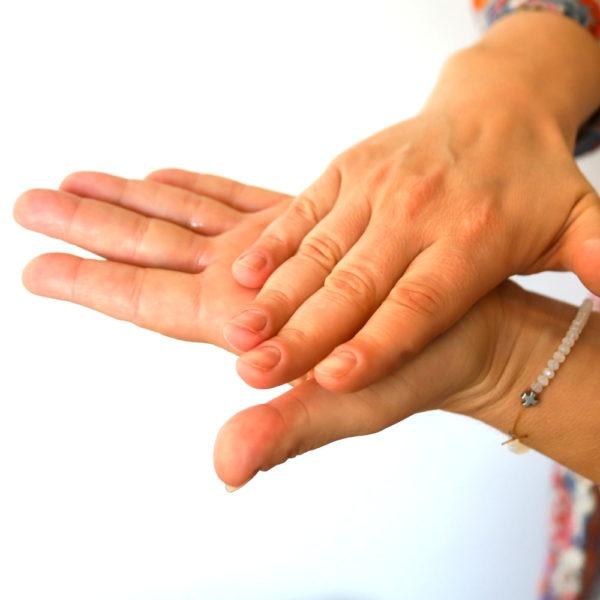 Desinfektion zweier Hände